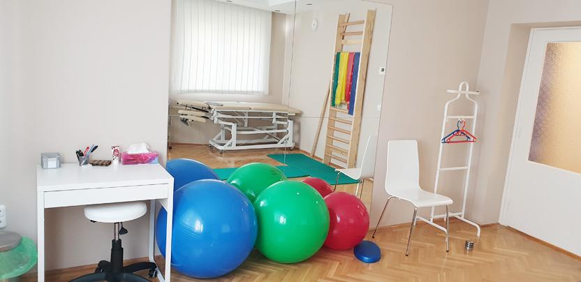 Gógytornához használható Fizioball labdák a tükör előtt a NeuroMed Magánrendelőben