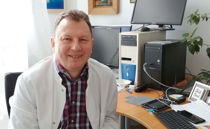 dr. Valálik István idegsebész dolgozószobájában készült kép